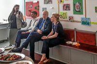 Ambassadör Anders Ljunggren betraktar tillsammans med besökare på svenska ambassaden i Tallinn resultatet av språkbo-verksamheten.