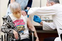 En kvinna vaccineras på ett äldreboende i Itami i västra Japan. Arkivbild.