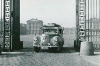 En svensk flagga på höger framskärm, extradäck på taket och en fantastiskt resa med en Ford Prefect till Monte Carlo-rallyt 1949 för SvD-läsaren Claes Livijn. Bilden är tagen på väg ut från slottet Versailles utanför Paris.
