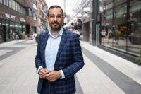 Liberalernas arbetsmarknadspolitiska talesperson Arman Teimouri (L) presenterar partiets förslag för att bryta långtidsarbetslösheten och få fler i arbete.