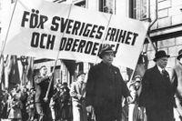Statsminister Per Albin Hansson leder det socialdemokratiska demonstrationståget första maj 1940.