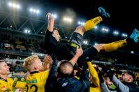 Stefan Ishizaki tackas av efter matchen som var hans sista hemmamatch i allsvenskan med Elfsborg.