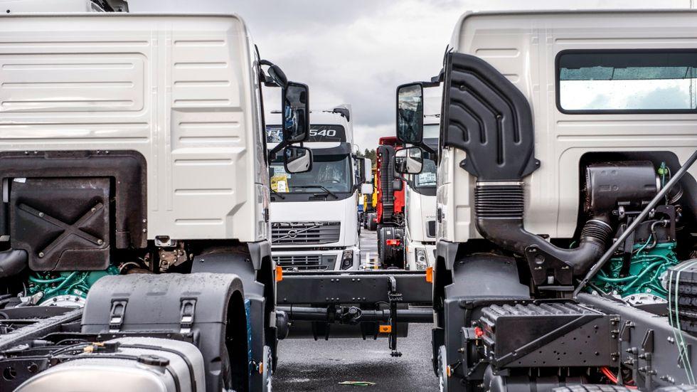 AB Volvo tvingas stoppa produktionen vid sin stora anläggning i Gent på grund av brist på datachip. I Sverige rullar det än så länge på.