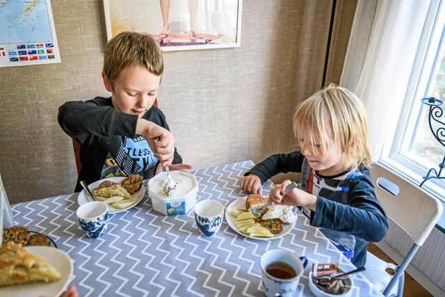 Otto, 8 och lillebror Linné, 6 är de enda veganerna på skolan.