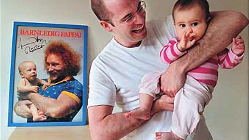 Som fyramånadersbebis propagerade Peter Svenonius i Lennart Hoa-Hoa Dahlgrens famn för att pappor skulle ta ut föräldraledighet. Peter är inte Hoa-Hoas barn, utan var bara utlånad till reklamkampnajen. Nu är han 27 år och tänker följa affischens budskap och ta ut fem månaders pappaledighet med dottern Engla.
