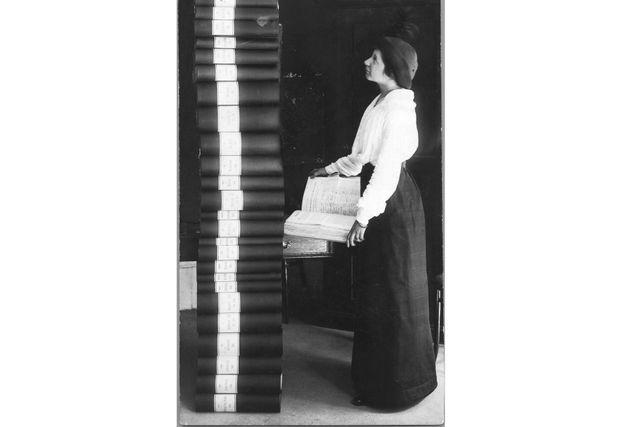 Elin Wägner inför de 350 000 underskrifter som samlades in 1913–14 till stöd för kvinnlig rösträtt.