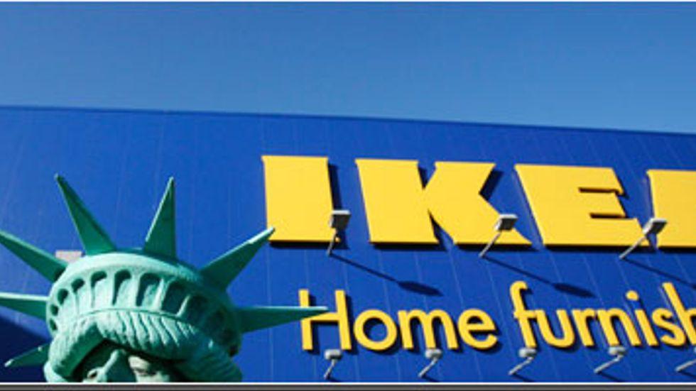Ikrea är ett av Sveriges mest kända varumärken och möbelkedjan finns numera över hela USA. För nästan exakt ett år sedan invigdes det första varuhuset i New York och då fanns bland andra Penny England på plats, utklädd som Frihetsgudinnan. Till höger kända svenska ansikten: Ingrid Bergman, Greta Garbo och en Zornkulla.