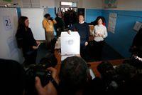Italiens premiärminster Matteo Renzi röstade på söndagen i Pontassieve, Italien. Opinionsmätningarna visar på ett nederlag för honom – men egentligen är det förbjudet att publicera opinionsmätningar två veckor före val i Italien.