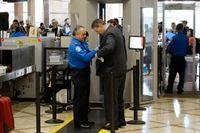 En flygpassagerare undersöks på den internationella flygplatsen i Los Angeles.