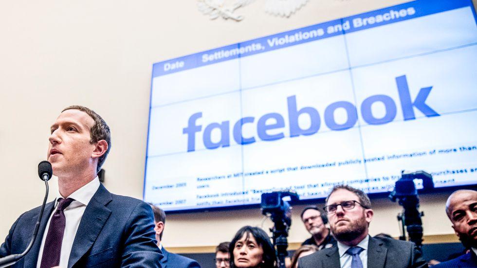 Facebooks Mark Zuckerberg har inga planer på att sälja Instagram och Whatsapp utan gör sig redo för en juridisk process.