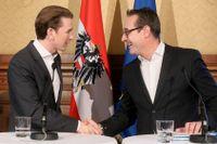 Sebastian Kurz, ÖVP, och Heinz-Christian Strache, ledare för FPÖ, skakar hand när regeringsförhandlingarna inleddes i oktober. Arkivbild.