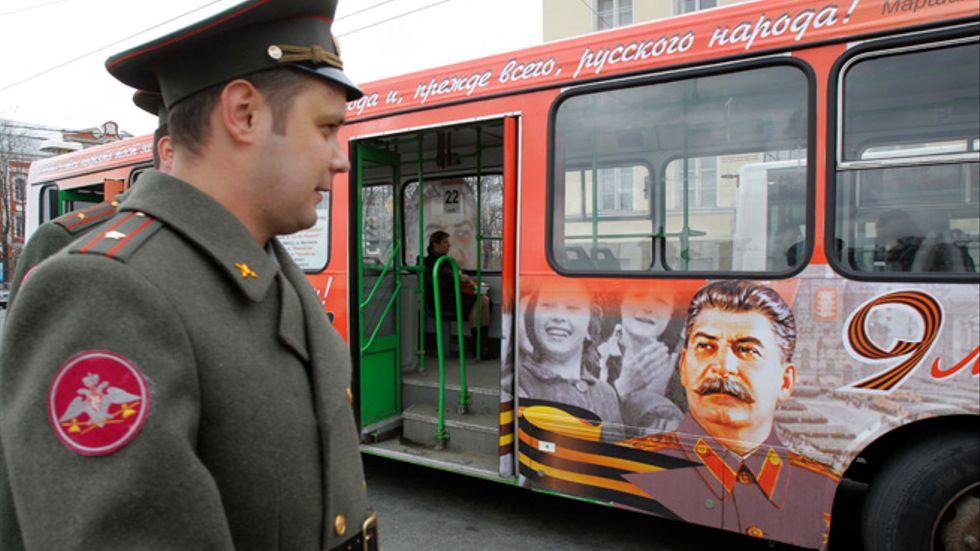 Från ryska bussar blickar Stalin på undersåtarna. En tyrann på bästa reklamplats.