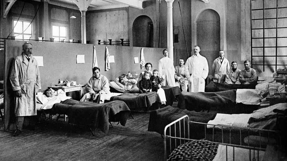 """Det provisoriska """"Spanska sjukhuset"""" i det gamla läroverkets gymnastiksal, Östersund hösten 1918."""