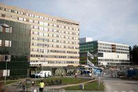 Östra sjukhuset i Göteborg, just nu med ett fältsjukhus utanför, får kritik efter ett självmord på en psykiatrisk avdelning 2017.