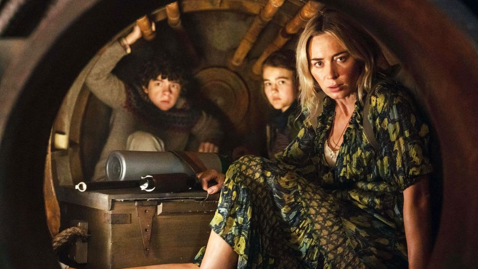 "Noah Jupe, Millicent Simmonds och Emily Blunt i ""A quiet place part II""."