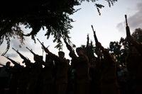 Israeliska soldater under en begravning för en landsman på söndagen. Samma dag ska en israelisk soldat ha tagits tillfånga av Hamas, uppger Reuters.