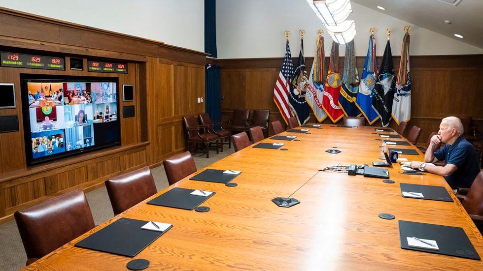 President Joe Biden samtalar med sina rådgivare om Afghanistan på Camp David.