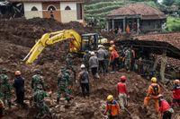 Jordskred är vanliga i Indonesien. På bilden söker räddningsarbetare igenom rasmassor efter ett skred i januari. Arkivbild.