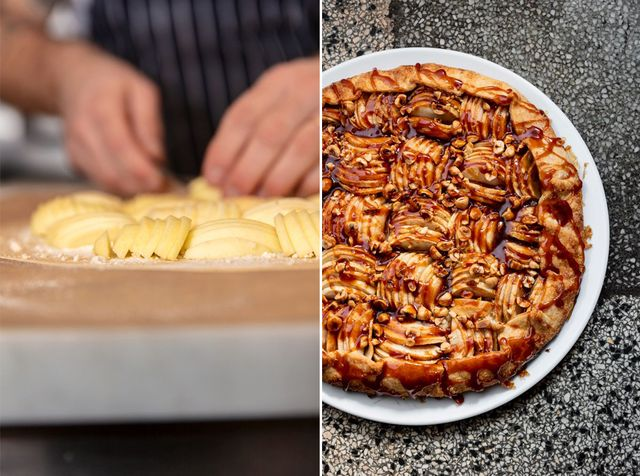 Olle T Cellton arrangerar äpplena på kvällens dessert: en klassisk äppelgalette.