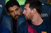 Lionel Messi, här i samtal med lagkamraten Luis Suarez, satt på bänken i hela matchen när Barcelona slog Arsenal med 2–1 på Camp Nou i helgen.