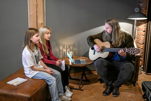 Hanna och Tove delar Chris musikintresse. Här sjunger de tillsammans. Lyssna på hur det lät på Instagram: @svd.junior