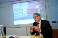 Riksrevisionens Claes Norgren presenterar ropporten om SOS Alarm på fredagen. Stora brister hos SOS Alarm sätter nödställda i fara, visar granskningen. Bland annat saknas adresser till 80 000 bostäder.