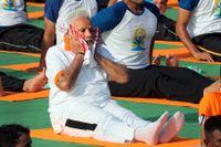 Indiens premiärminister Narendra Modi yogar tillsammans med 50000 andra under den fjärde internationella yoga dagen.