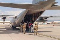 Svenska försvarmaktens Hercules 848 evakuerar människor på Kabuls flygplats. Arkivbild.
