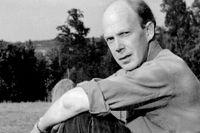 Poeten Gunnar Ekelöf på sitt sommarställe i Hölö 1951.