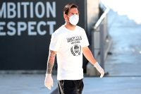 Lionel Messi iförd munskydd och handskar på Barcelonas träningsanläggning förra onsdagen.