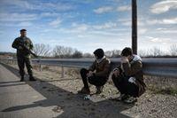 En grekisk soldat har gripit två män som försökt ta sig över gränsen mellan Turkiet och Grekland.