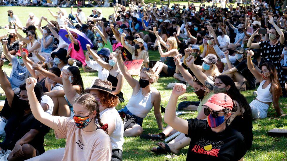 Tusentals människor samlades i protest mot nationaldagen i Australiens största stad Sydney, trots att max 500 personer får samlas enligt coronarestriktionerna.