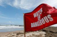 En varningsflagga på Virginia Beach i Virginia, USA. Men varningsflaggor avskräcker inte danska badare. Arkivbild.
