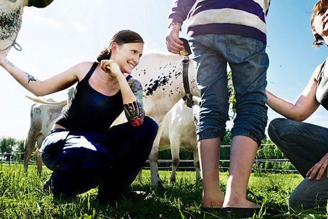 Kobonden Annelie Söder dottern Lill-Stina Verner (mörkhårig) och Rebecka Pohl (ljushårig). Annelie driver ett litet gårdsmejeri på Kläcklingen utanför Växjö, de levererar bland annat Single Cow Cheese från kossan Pärla till PM & Vänner i Växjö.
