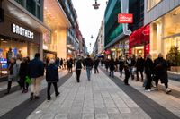 Människor på Drottninggatan i Stockholm den 30 oktober, samma dag som Folkhälsomyndigheten kom med nya lokala restriktioner för flera regioner som bland annat innebär en avrådan från att vistas i butiker och köpcentrum.