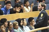 Afghanska flyktingar på åhörarläktaren i Riksdagshuset för att lyssa på debatten om situationen för ensamkommande flyktingbarn