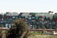 Fartyget satte sig på sniskan i Suezkanalen i mars i år. Arkivbild.