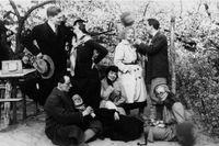 Karin Boye i bildens mitt tillsammans med vänner på en Baumblütefest i Berlin 1932.