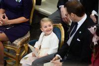 Prinsessan Estelle hämtade en napp till sin kusin prins Nicolas.