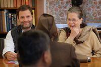 Rahul och Sonia Gandhi diskuterar det kommande partiledarvalet vid ett möte i november.