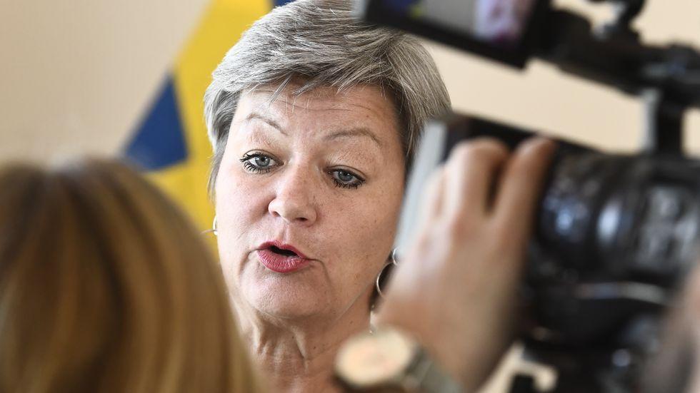 Arbetsmarknadsminister Ylva Johansson (S) tar emot Mottagandeutredningen.