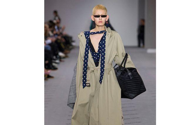 """Balenciaga lät """"Matrix-glasögonen"""" pryda modellerna."""