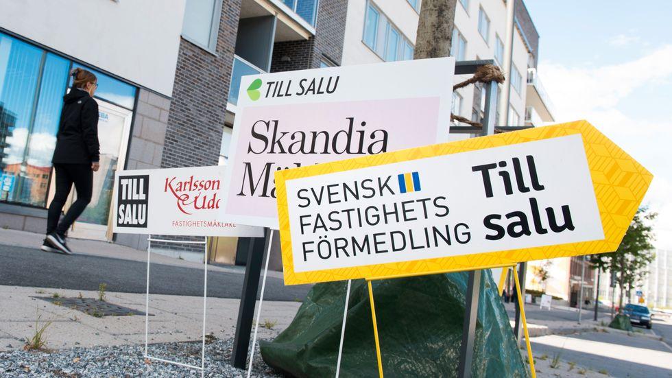 Skyltar från olika mäklarfirmor gör reklam för lediga lägenheter i ett nybyggt område i Sundbyberg. Arkivbild.