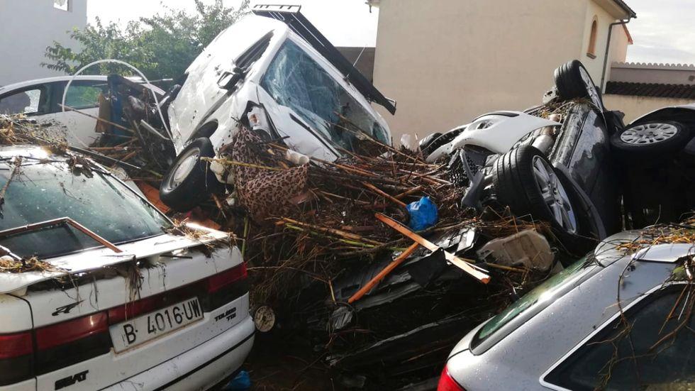 Bilar sveptes med i nattens översvämningar i Sant Llorenç på Mallorca.