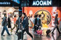 På Helsingfors flygplats får de asiatiska besökarna den första bilden av Finland. För många blir det enda bilden eftersom de direkt reser vidare till andra ställen i Europa.