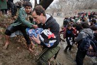 Desperationen och utsattheten hos flyktingarna minskar dock inte. Här försöker migranter ta sig från Grekland till Makedonien genom en alltmer farlig och svår väg.