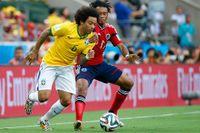 Brasiliens Marcelo i gult och Colombias Juan Cuadrado i rött – för dagen– i en närkamp.