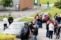 Spända föräldrar väntade utanför Källebergsskolan i Eslöv under torsdagen.