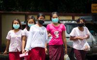 Kvinnor bär ansiktsmasker för att skydda sig mot svininfluensan i Rangoon. Arkivbild.