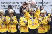 Henrik Lundqvist lyfter VM-bucklan på Sergels torg.